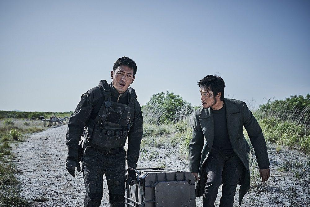 河正宇(左)、李炳憲默契十足 詮釋感人的兄弟情。圖/車庫提供