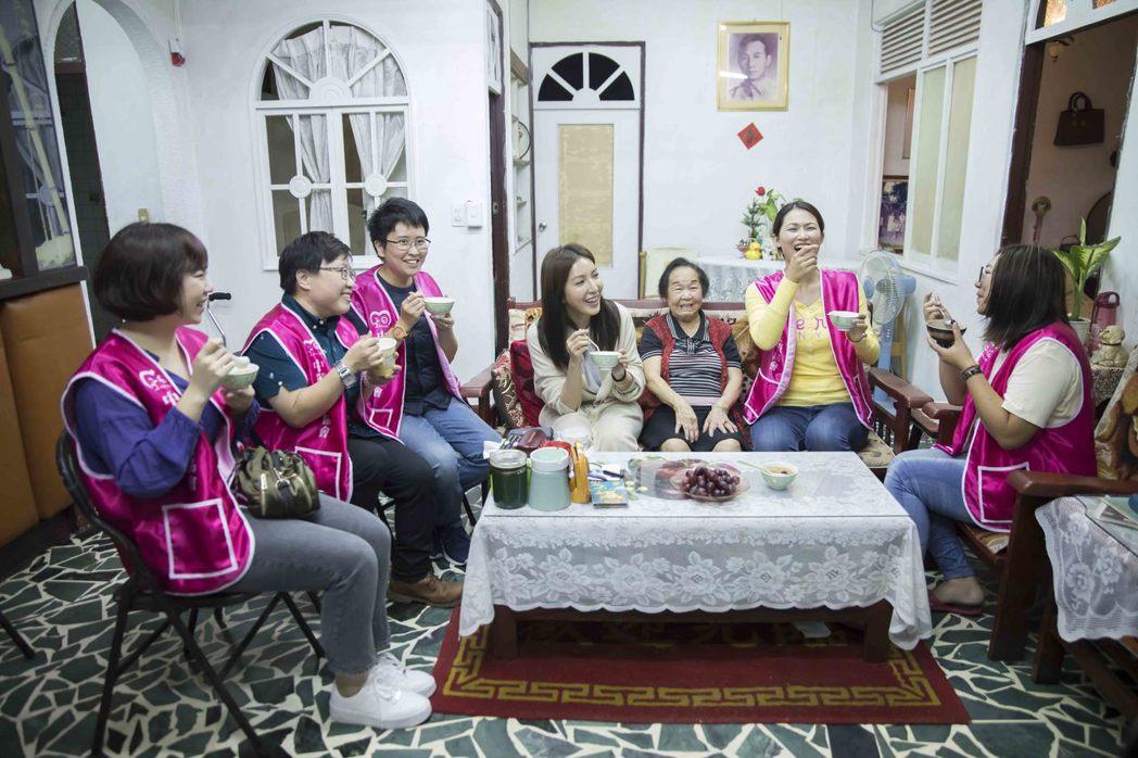 楊謹華(中)響應「筷筷相伴 獨居老人」愛最大公益活動。圖/愛最大慈善光協會提供