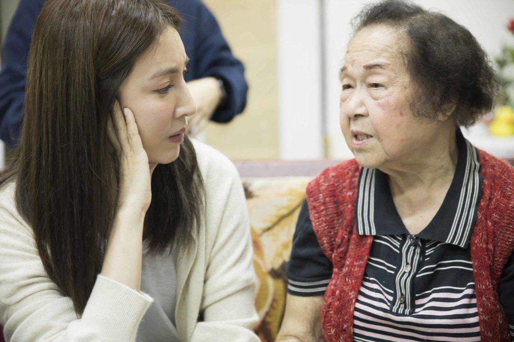 楊謹華(左)響應「筷筷相伴 獨居老人」愛最大公益活動。圖/愛最大慈善光協會提供