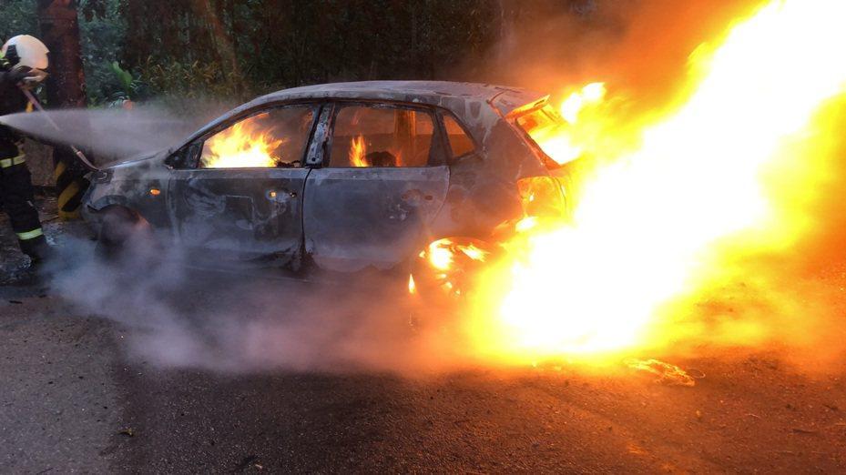 台中市潭興路一段湳底巷今天下午5時許傳出汽車火警,一人燒死在轎車內。記者陳宏睿/翻攝