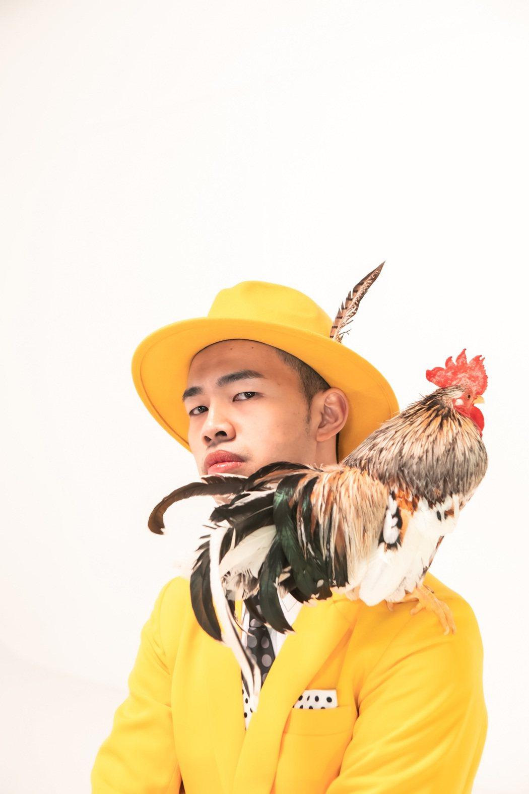 陳大天請到寵物公雞合作MV,卻發生「屎難」。圖/大鵬傳播提供
