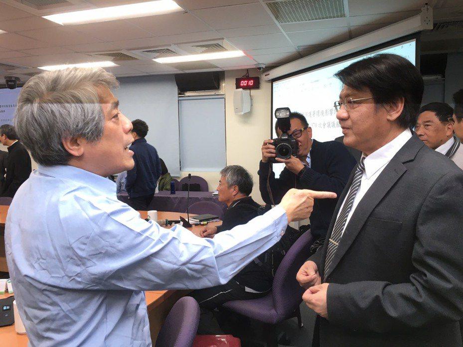 台灣健康空氣行動聯盟理事長葉光芃(左)在環評大會休息時間時,質疑環保署副署長蔡鴻德(右)空氣品質標準過於寬鬆。記者吳姿賢/攝影