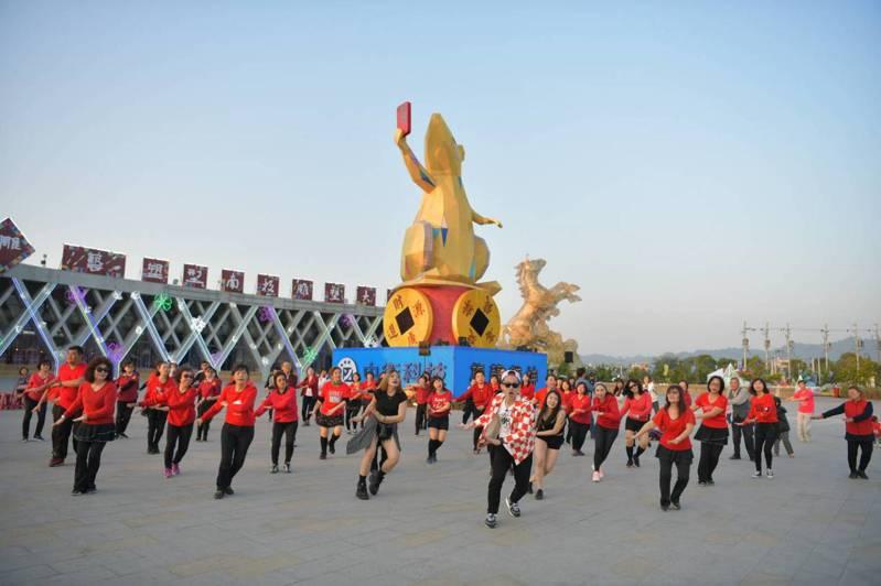 知名廣場舞老師、網紅「瘋狂麥克斯/Max」今現身南投燈會率眾大跳廣場舞,也跳舞過程直播上網。圖/南投縣政府提供
