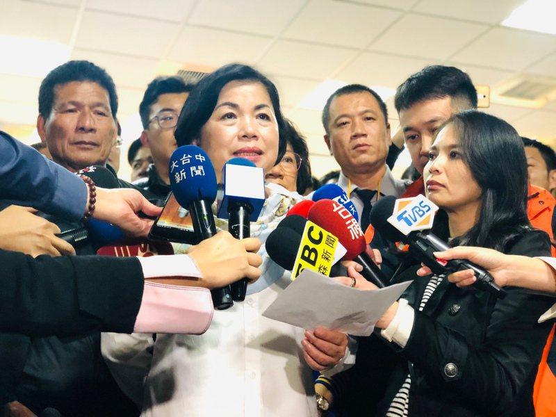 立委當選人楊瓊瓔對環保署環評會通過中火増加燃氣機組,燃煤機組卻不除役,表示憤怒。圖/楊瓊瓔提供