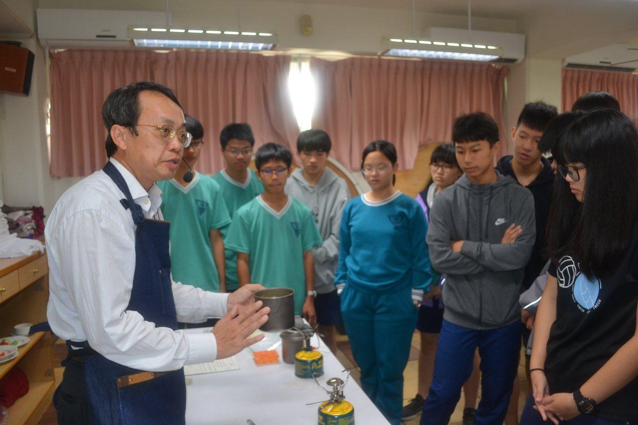 台南市家齊高中校長張國津教野炊,讓學生培養登山知識與生活素養。記者鄭惠仁/攝影