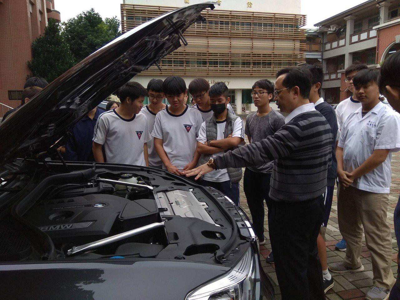 台南二中校長林晏旭教AI人工智慧電動車,讓學生有另種收穫。記者鄭惠仁/攝影
