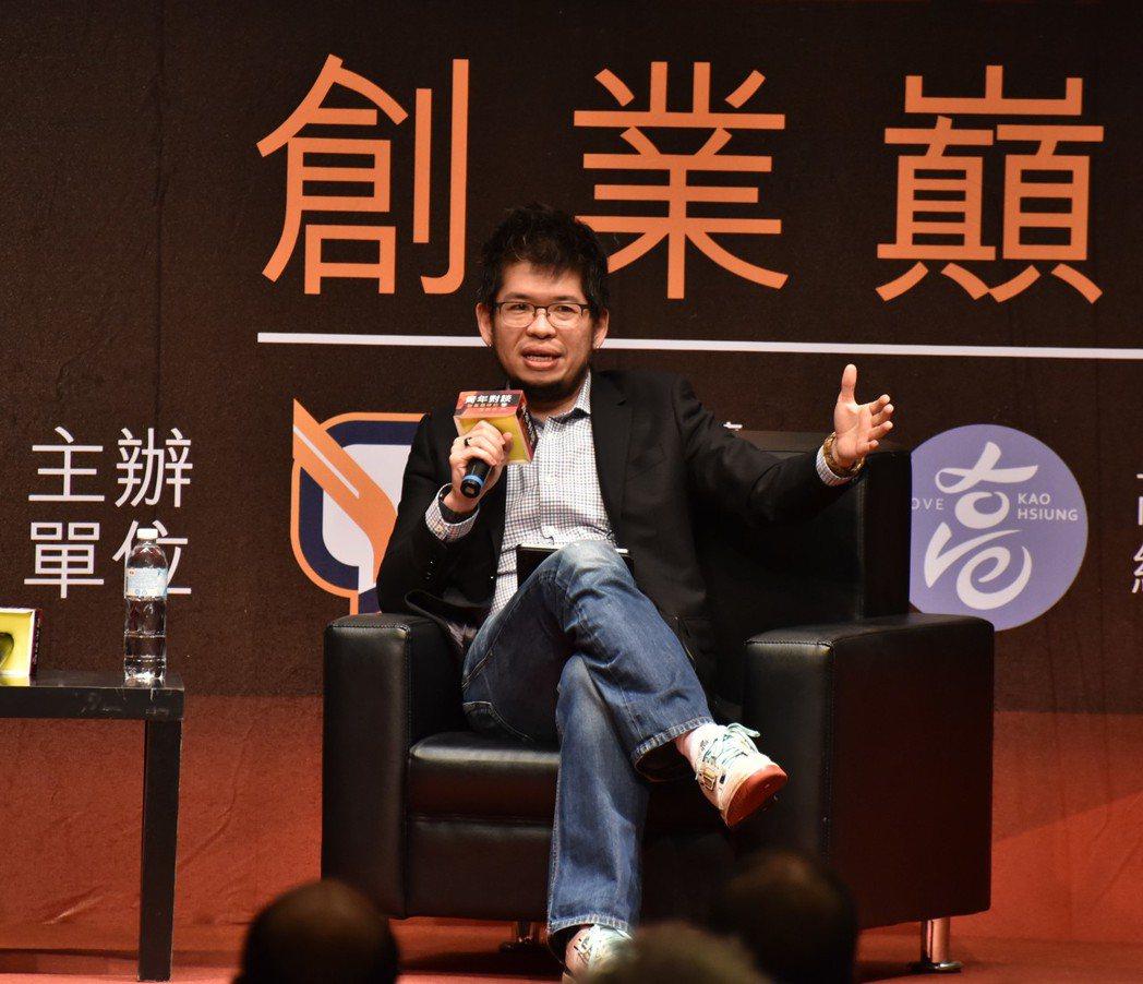 YouTube創辦人陳士駿(右四)今晚到高雄展開「青年對談-創業巔峰的捨與得」,...