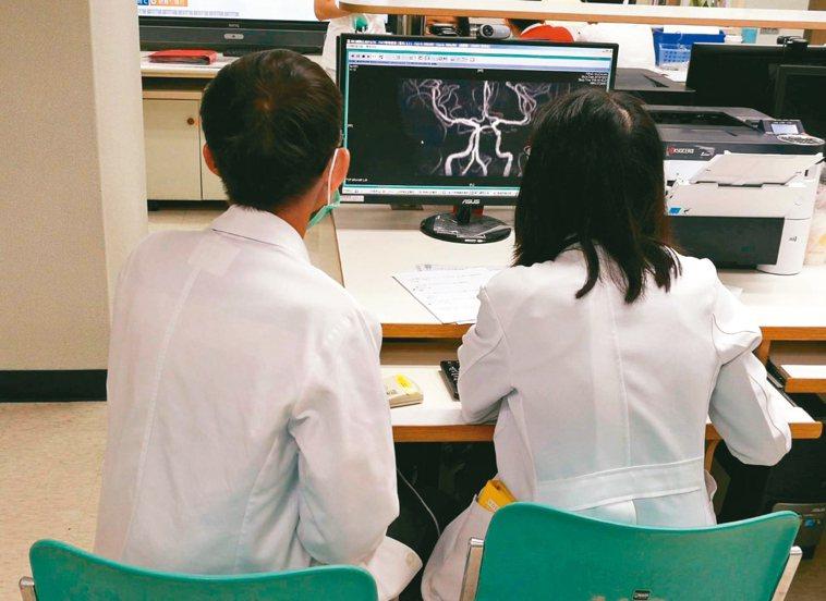 影像科技一日千里,但有經驗的醫師可由患者理學檢查判斷腦部大致受損區域。圖為醫師解...