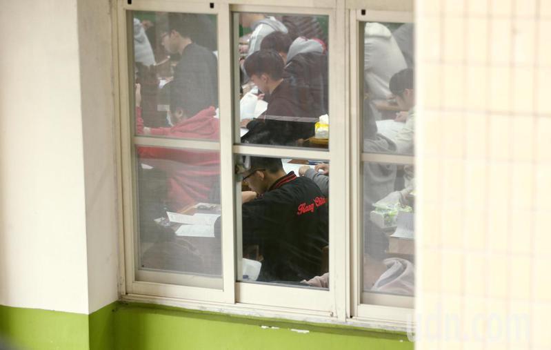 大學學測發生2位考生同名同姓,又被分發到同一間教室考試,互相坐到對方的座位,被監考人員發現,將被各扣2級分。圖/聯合報系資料照片