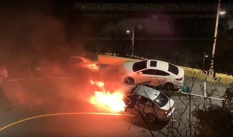 黃女駕駛BMW上烘爐地拜拜,卻在行進時突遇車輛起火「發爐」,幸黃女即時逃出,無人...