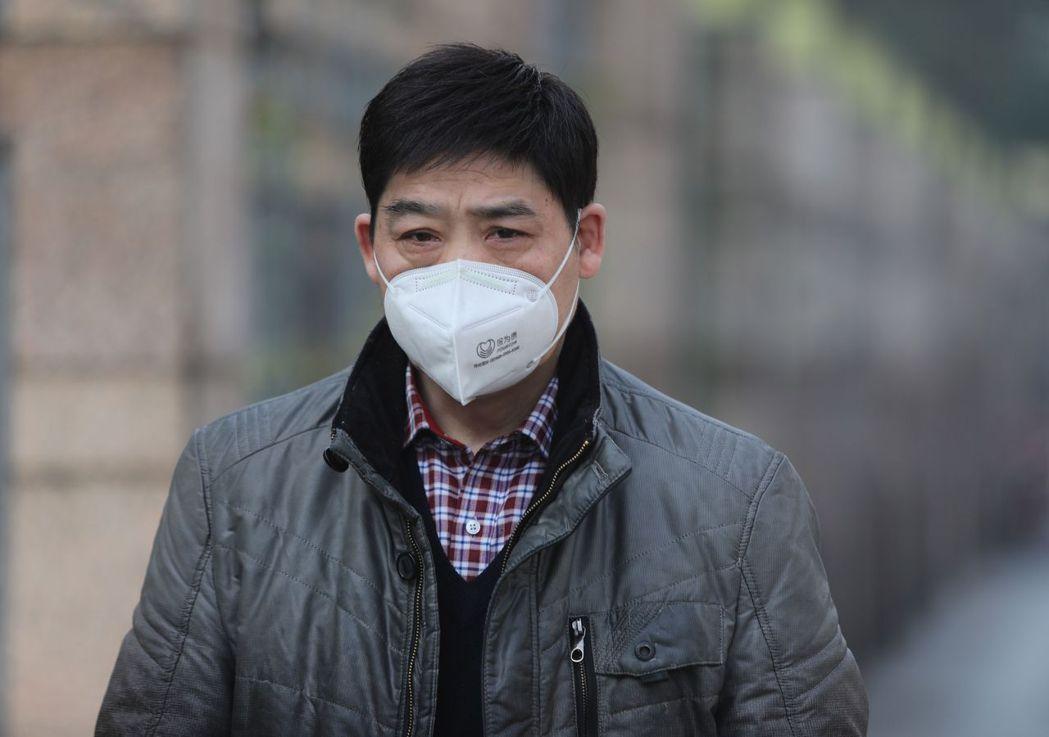 武漢肺炎病例增多,有人開始搶購N95口罩,圖為武漢一名戴口罩的男子。 (歐新社)
