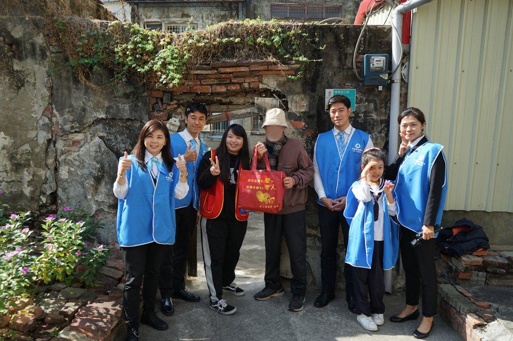 幸福家不動產年年參與華山基金會獨居長輩送年禮活動,關懷社會不遺餘力。 業者/提供