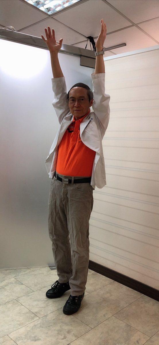 劉伯恩醫師示範瘦腰部運動。 台灣長照醫學會/提供