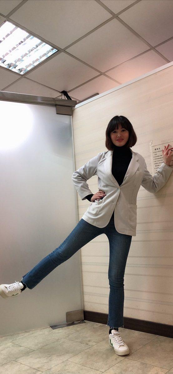 內湖長春診所護理長王淑君示範一款幫助消臀部脂肪的運動。 台灣長照醫學會/提供