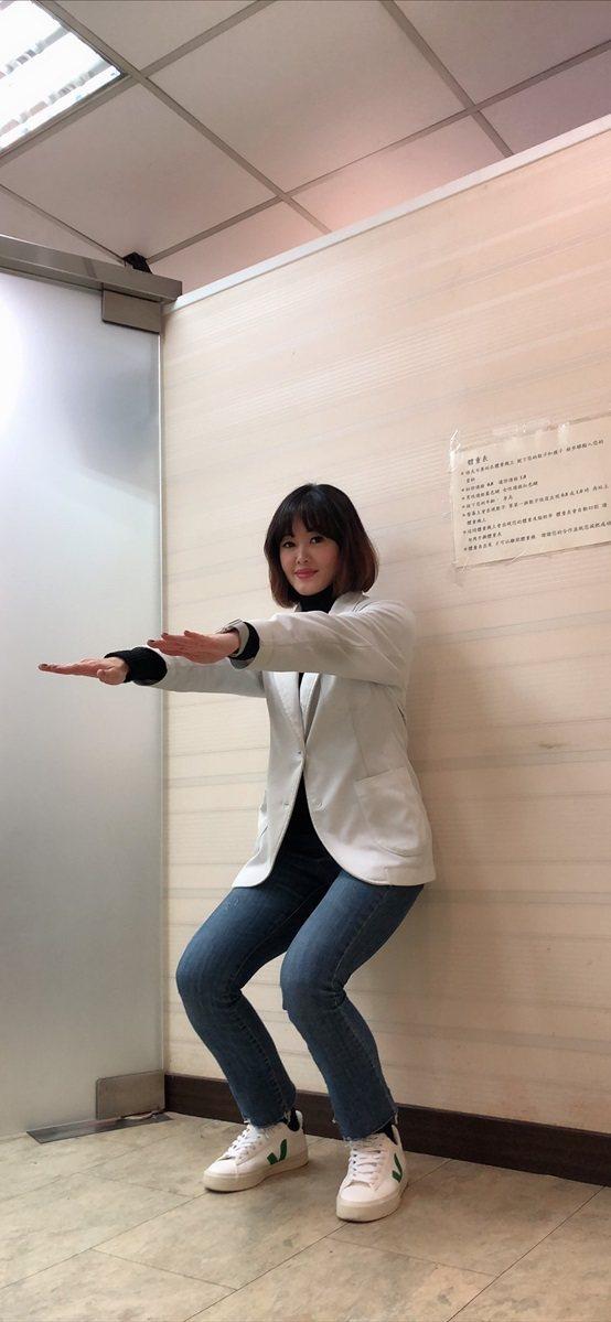 王淑君示範幫助消臀部脂肪的運動。 台灣長照醫學會/提供