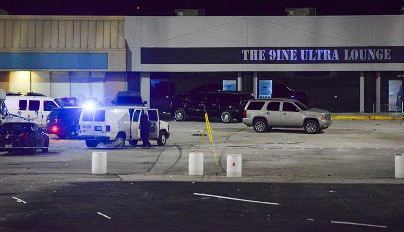 密蘇里州堪薩斯城警方表示,19日午夜當地一家名為「9ine Ultra Lounge」的酒吧發生槍擊事件,造成至少兩人死亡,15人受傷。美聯社