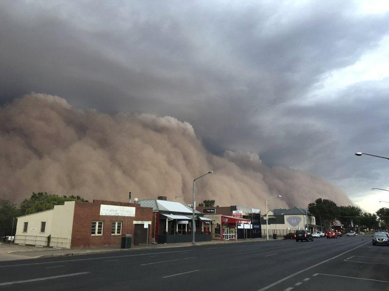 澳洲天氣劇變 沙塵暴 冰雹侵襲成災 小鎮驚悚畫面宛如末日場景 美聯社