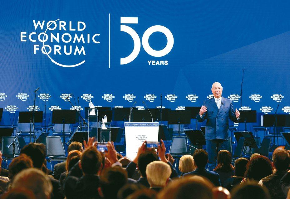 世界經濟論壇21日在瑞士的達沃斯開幕,創辦人施瓦布20日在慶祝論壇50周年大會上發言。 新華社