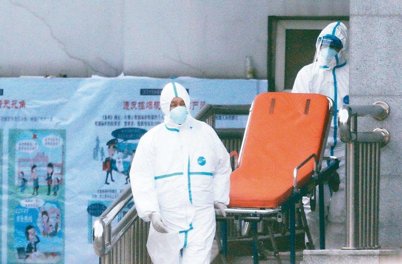 大陸21日出現第四例武漢肺炎死亡病例。圖為醫護人員20日將患者送進武漢市金銀潭醫院。 歐新社