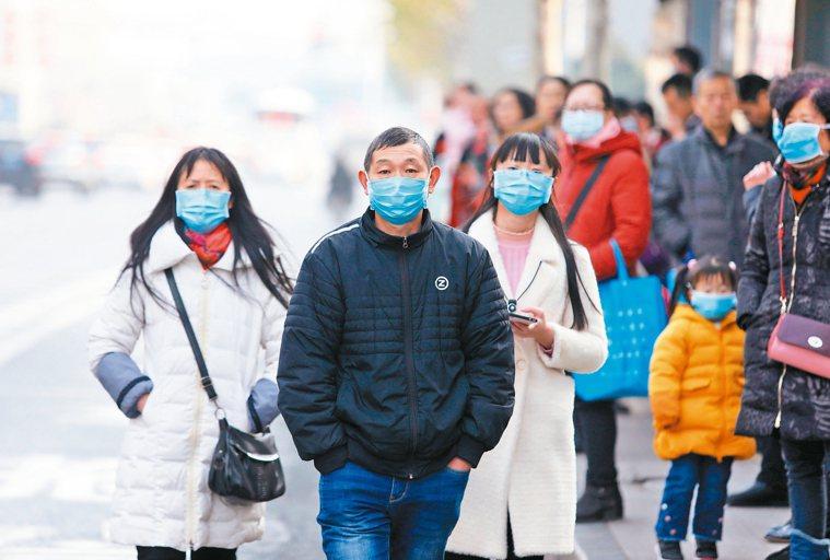 武漢肺炎新增病例爆增,市民們紛紛戴口罩防護。 歐新社