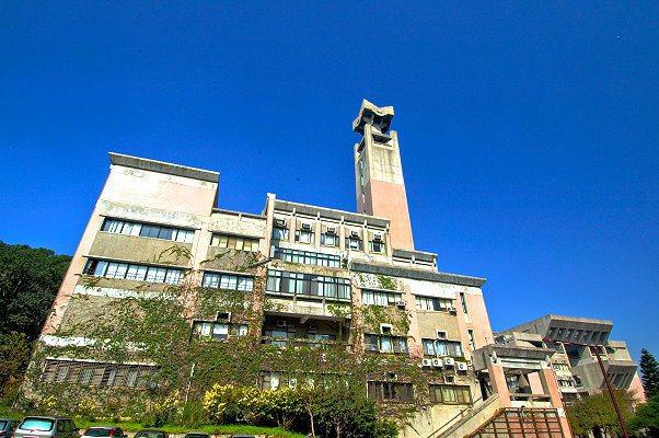 清大人文社會學院大樓有一座高達20層樓高的鐘塔,因地處山坡,擁有「新竹101」的...