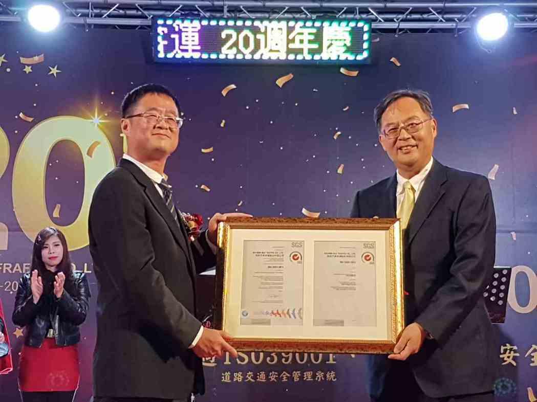 SGS驗證及企業優化事業群資深副總裁黃世忠 (右) 頒發ISO 39001證書給...