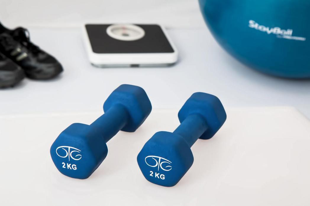 熟齡族群身體痠痛,大多會去尋求物理治療,但健身教練陳少偉說,因肌肉量不足導致的身...