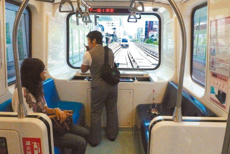 台北捷運發展出多條路線,當中許多網友認為捷運文湖線車廂狹小壅擠,成為眾人最不喜歡的一條路線。圖/報系資料照片