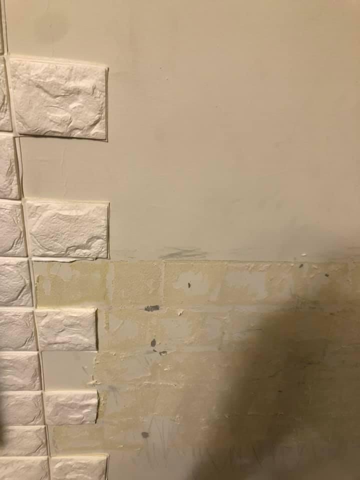 一名女網友先前買了泡棉磁磚裝潢室內牆壁,沒想到近日大掃除將磁磚撕下,卻留下一塊塊黃色的殘膠,讓她當場崩潰,於是詢問廣大網友「有人知道如何處理嗎?」。圖擷自爆系知識家