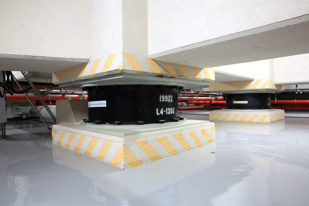 「超•站S」線上唯一聯開隔震宅,在地下一樓及地上二樓設置隔震層,裝設有61顆隔震...