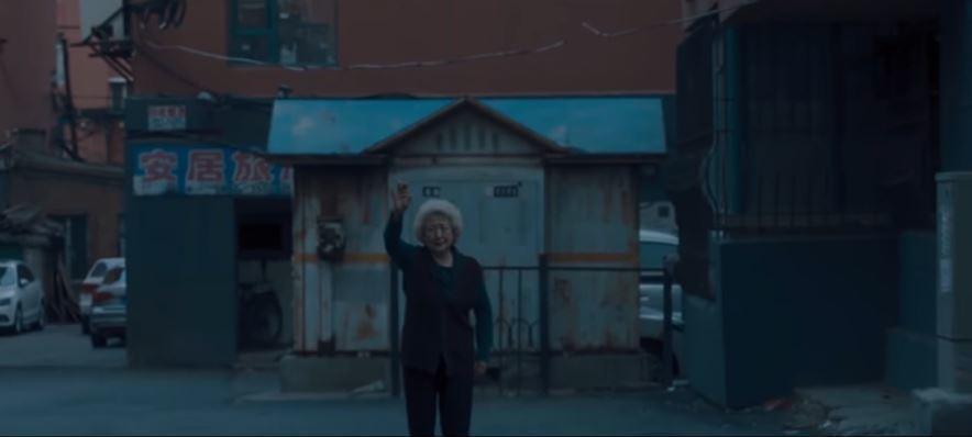奶奶目送孫女離開,後方招牌寫著「安居」,呼應家人是永遠的歸屬。圖片來源:車庫娛樂
