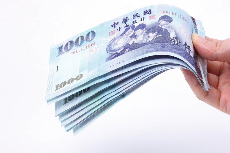 原PO表示朋友月薪只有最低起薪,年終卻有8萬4千。示意圖/ingimage