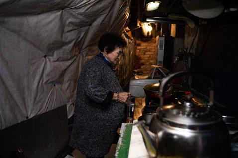 魏蘇雪因孩子多數時間在外工作,常一人居住,她的生活不是種菜、煮飯就是聽老歌。  ...