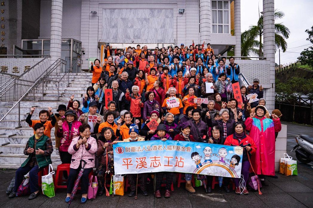弘道老人福利基金會每年舉辦「寒冬助老」活動,輝瑞藥廠志工也一起參與,陪伴長輩過年...