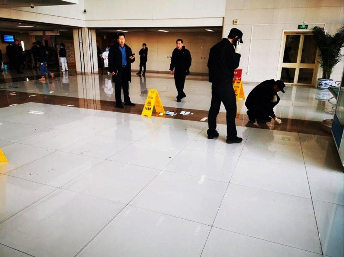 血跡斑斑的目擊照片與事件經過,也迅速瘋傳網路,成為震撼全中國的又一起「醫鬧」爭議...