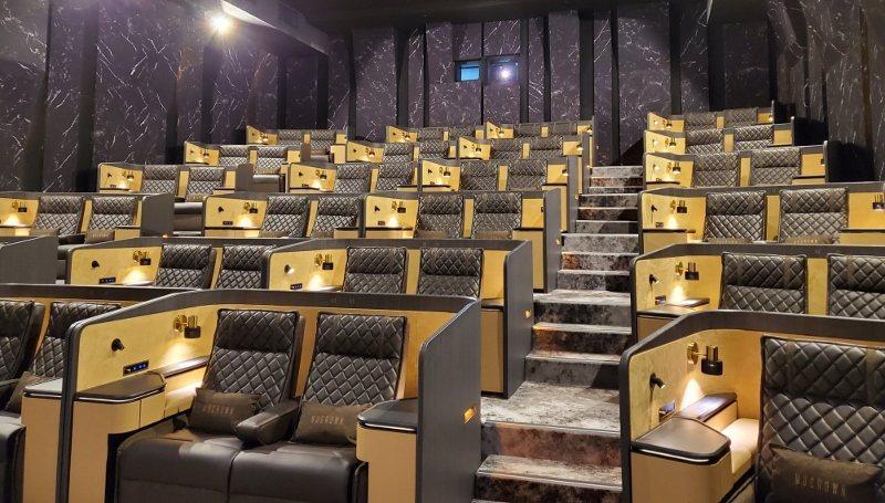 MUCROEN頂級影廳,硬殼式包廂雙人座位,搭配可調式座椅、靠枕等等,達到個人舒...
