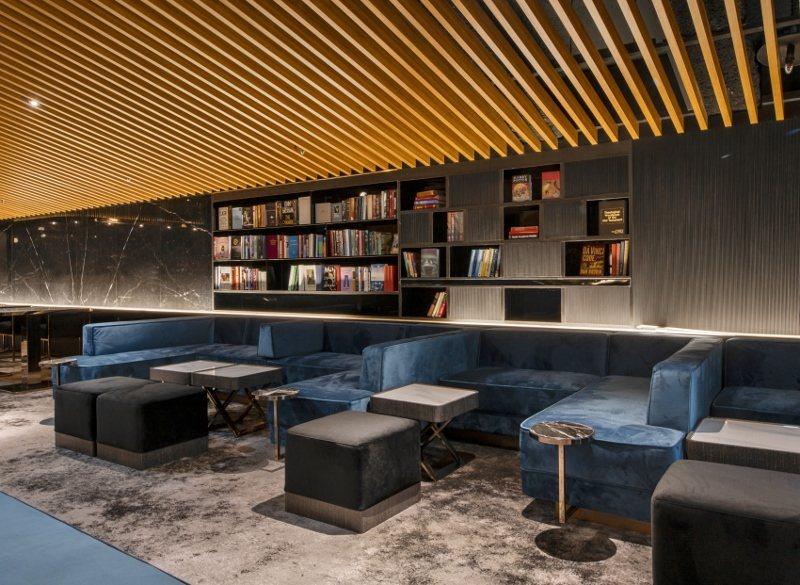 頂級影廳的VVIP休憩空間,入場觀影前可先在此享用美食,如同機場的貴賓休息室。 ...