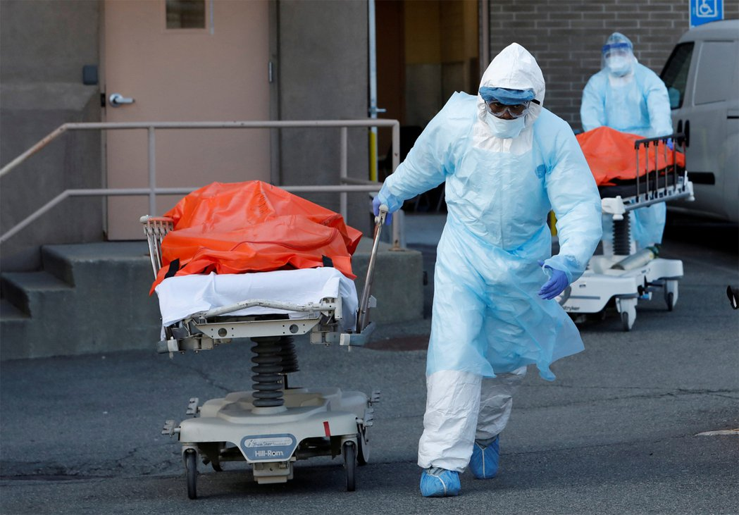 新冠肺炎疫情肆虐,美國總統川普警告民眾,未來可能會有駭人的死亡數字。路透