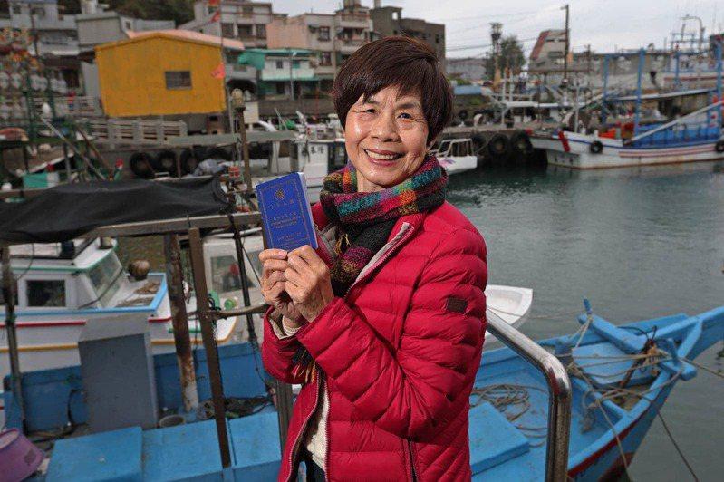 林月慎拿出藍色船員證笑著說,考照時,全場就她一位阿嬤。