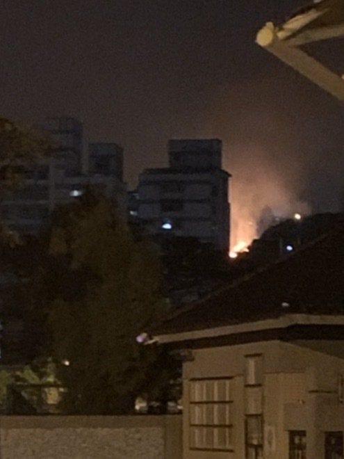 住戶從市區就看得到火光,一開始還以為是大樓火警。圖/讀者提供