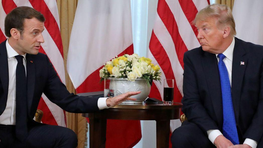 法國總統馬克宏和美國總統川普暫且放下數位稅爭議,圖為兩人去年底在NATO高峰會場...