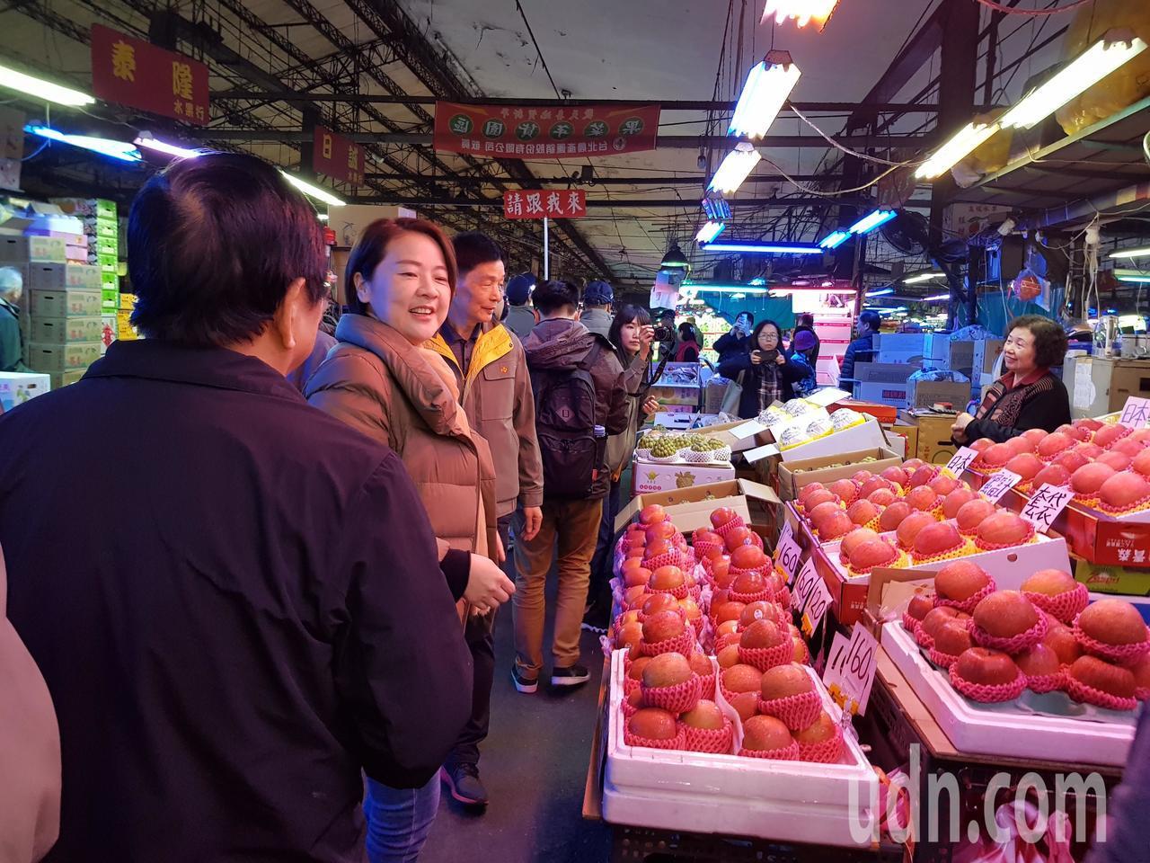 春節連假後天小年夜(23日)開始,副市長黃珊珊今天凌晨5點也到萬大魚類批發市場及...