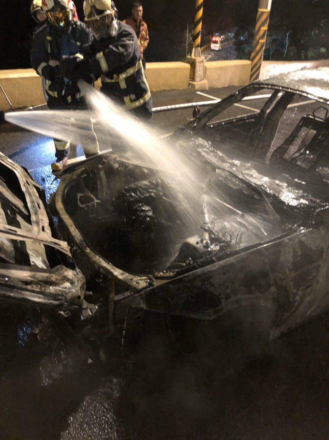 火勢迅速蔓延,造成黃女車輛前方全毀,所幸未波及其他民眾。記者柯毓庭/翻攝