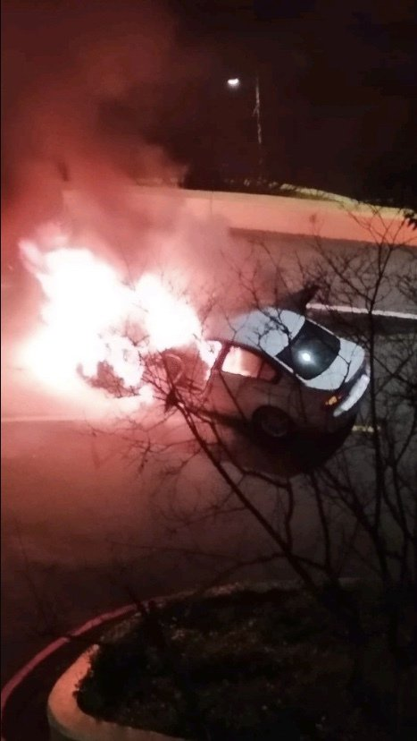 黃女駕駛BMW上烘爐地拜拜,卻在行進時突遇車輛起火「發爐」,幸黃女即時逃出,無人傷亡。記者柯毓庭/翻攝自爆料公社
