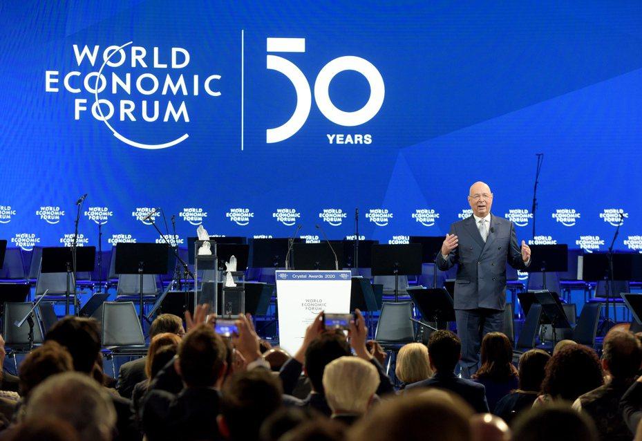 世界經濟論壇21日在瑞士的達沃斯開幕,創辦人施瓦布20日在慶祝論壇50周年大會上發言。新華社