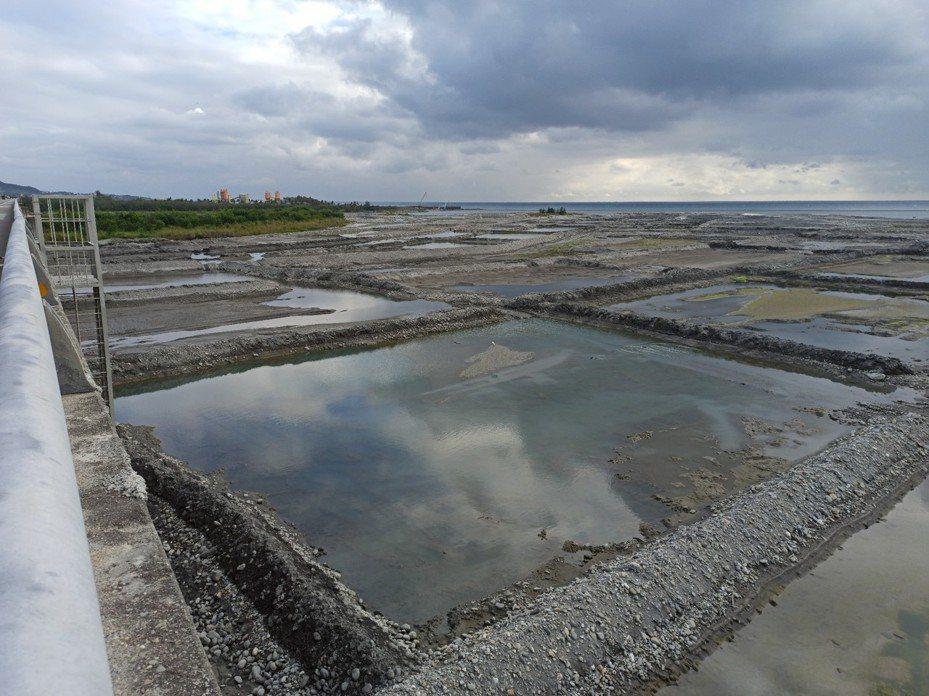 台東卑南溪湖床春節前夕完成水覆蓋濕潤,讓遊客春節來台東遊玩吸到好空氣。圖/台東縣政府提供