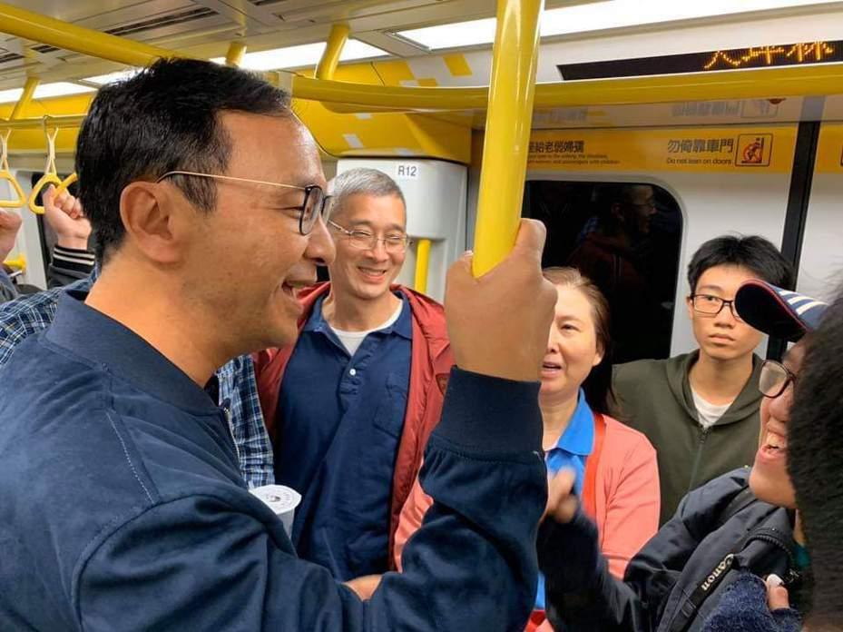 新北市前市長朱立倫試乘環狀線捷運。圖片取自朱立倫臉書。