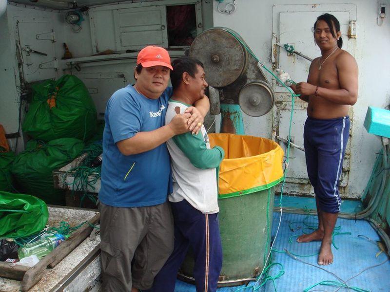 就要過年了!屏東縣東港區漁會總幹事林漢丑特別在臉書上感謝外籍漁工朋友對台灣漁業的貢獻,並祝他們鼠年大吉,讓許多民眾特別有感。圖/林漢丑提供