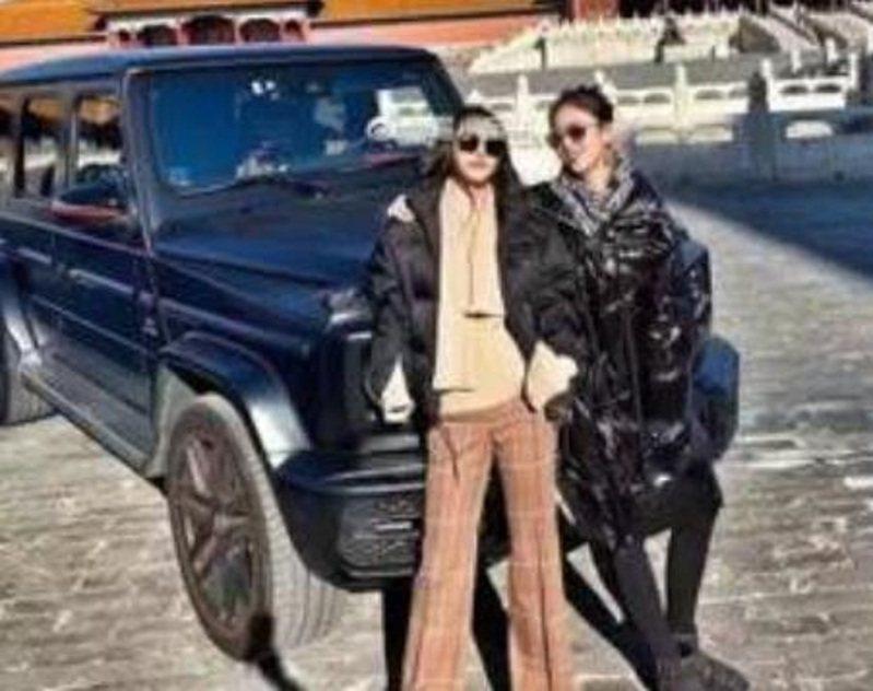 一名疑似紅三代的女子高露,日前將賓士越野車開進禁行車輛的北京故宮,引發大陸網友眾怒。圖/騰訊網