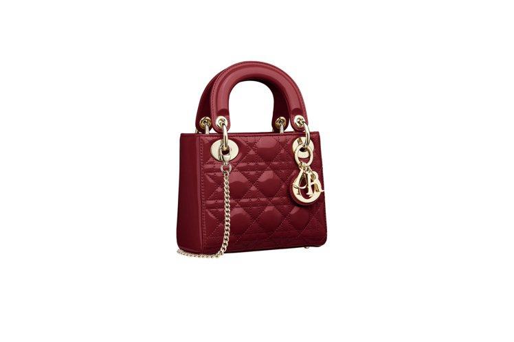 Lady Dior mini櫻桃紅亮面小牛皮鍊帶提包,售價11萬元。圖/DIOR...